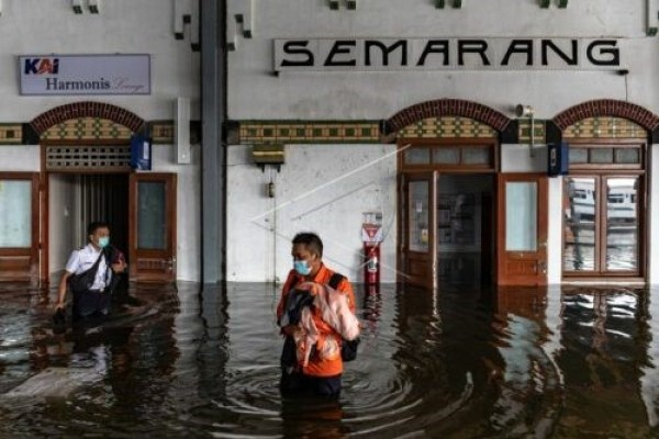 Flood in Semarang and three alternative solutions